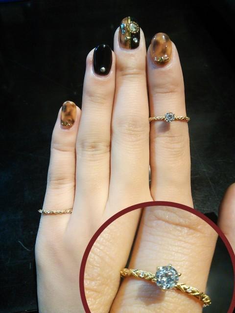 アンティークデザインのゴールドのリング着用図
