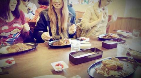 カレーライスを食べる