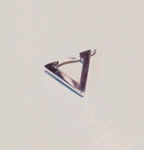 三角のフープピアス