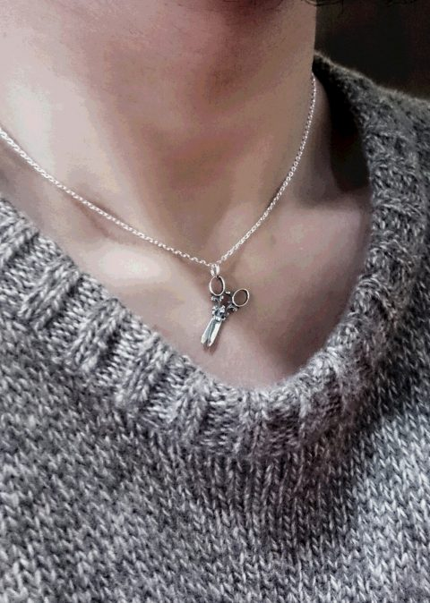 ハサミのネックレス着用図