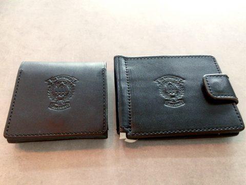 黒のレザーコインケースとマネークリップ