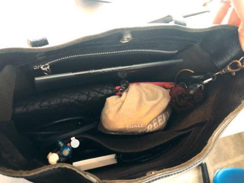 黒のレザートートバッグ 中身