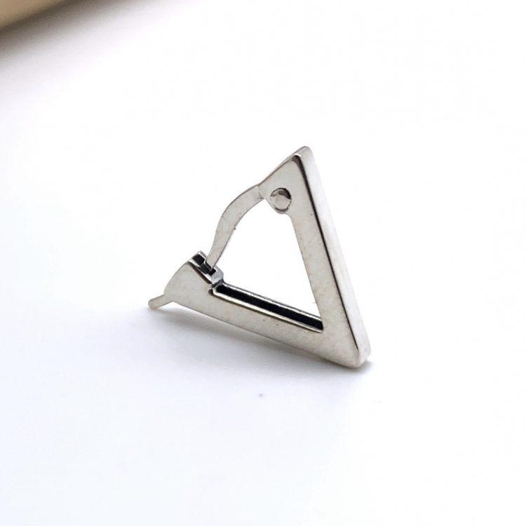 三角のシンプルなフープピアス
