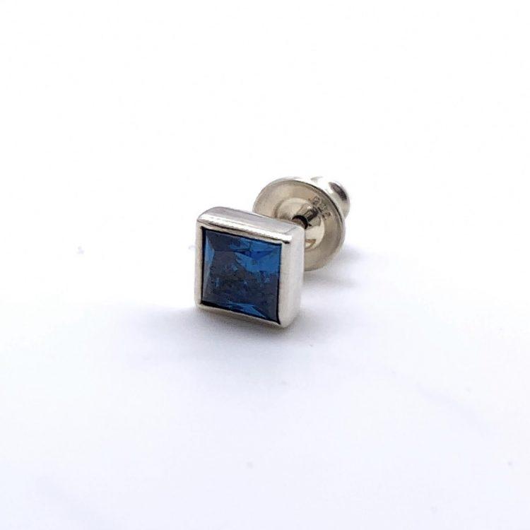 ドクターモンローのブルーの四角い石ののピアス