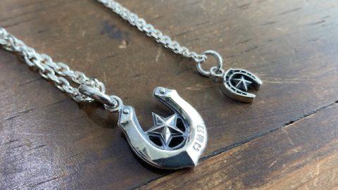 メンズホースシューネックレスに星のデザイン、小さいデザインと 裏面