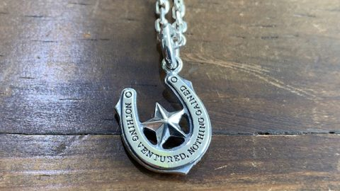 メンズホースシューネックレスに星のデザイン