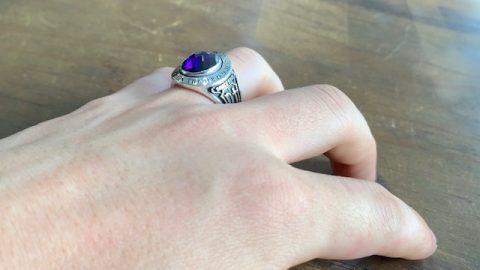 カレッジリング、紫の石、着用
