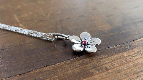 オーダーメイドネックレス、桜にルビーのデザイン横
