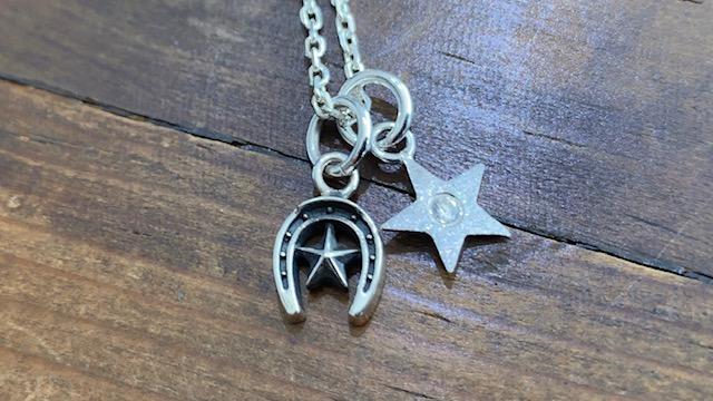 星のチャームと馬蹄ネックレス