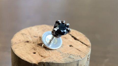 スカルボーンハンドピアス 黒い石