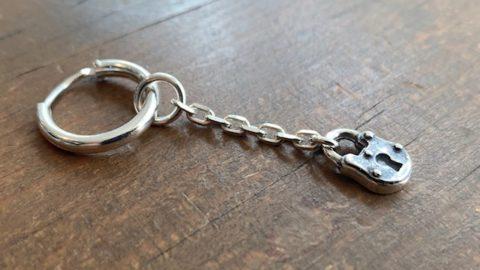 鍵穴チャームのフープピアス
