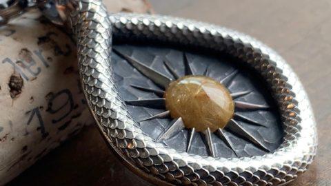 オーダーメイドのヘビのネックレス