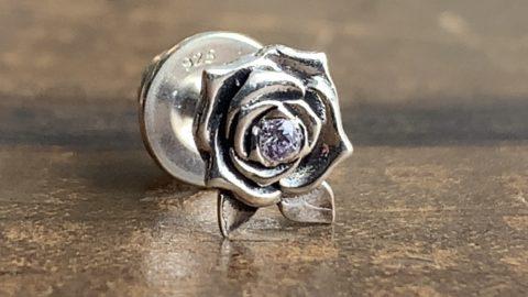 バラのピアスに石を入れたカスタム