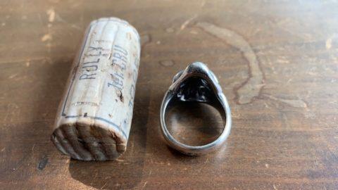 ビルウォールレザーのスカルリングの目に石を入れすカスタム前