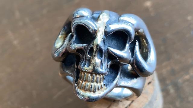 ビルウォールレザーのスカルの目に石入れカスタムとサイズ直し修理前
