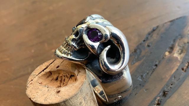 ビルウォールレザーのスカルの目に石入れカスタムとサイズ直し修理後